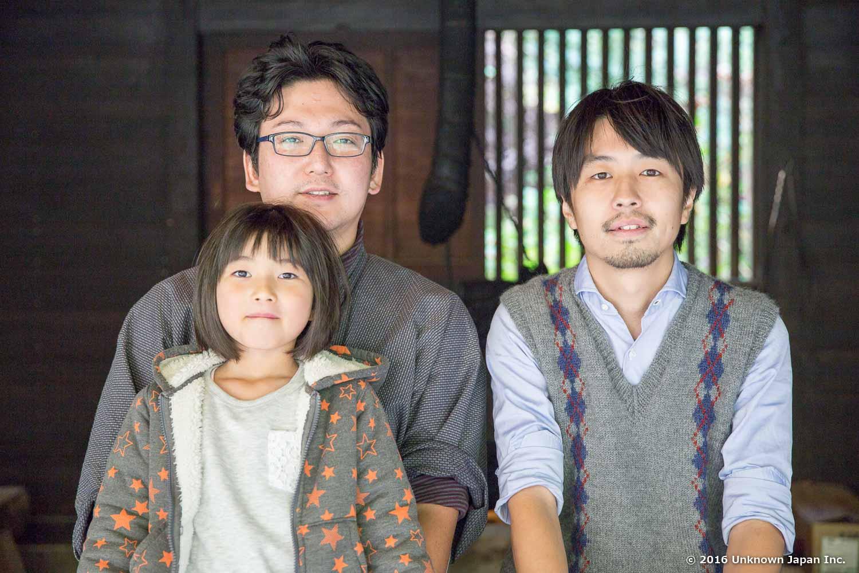 オーナーの武石真澄さんと娘さんの真綿ちゃんと囲炉裏の前で撮影