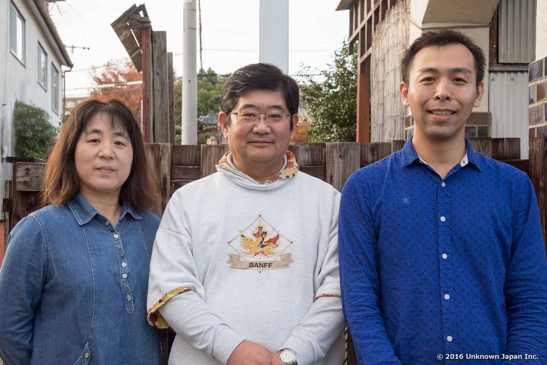 オーナーの安部隆宏さん、恵美さんと建物の前で撮影