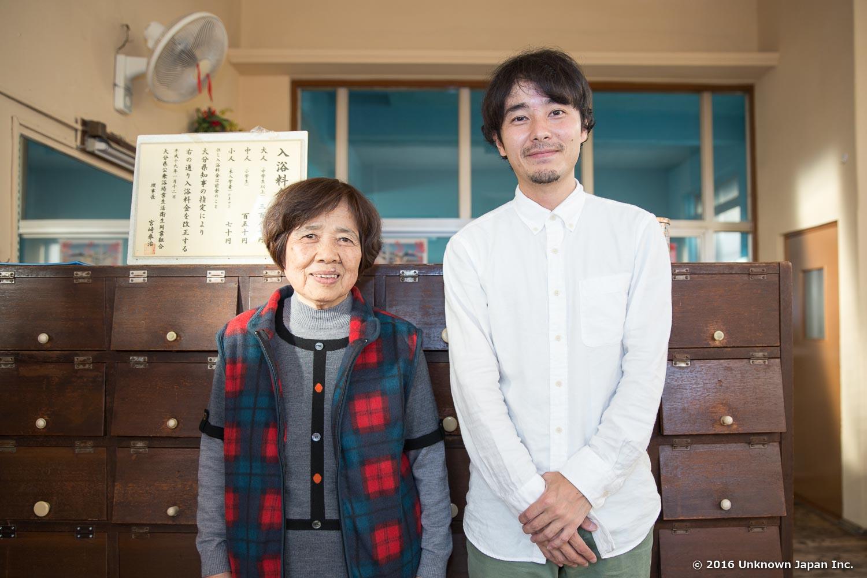 オーナーの榎本末子さんと靴箱前で撮影