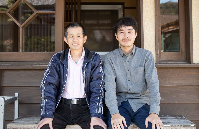 管理人の小田廣徳さんと入口前のベンチで撮影