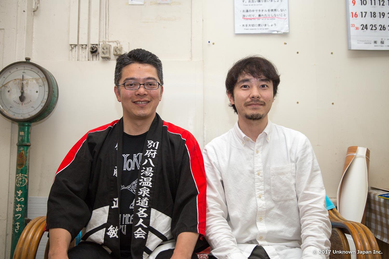 別府八湯温泉道名人会理事長の佐藤正敏さんと寿温泉内で撮影