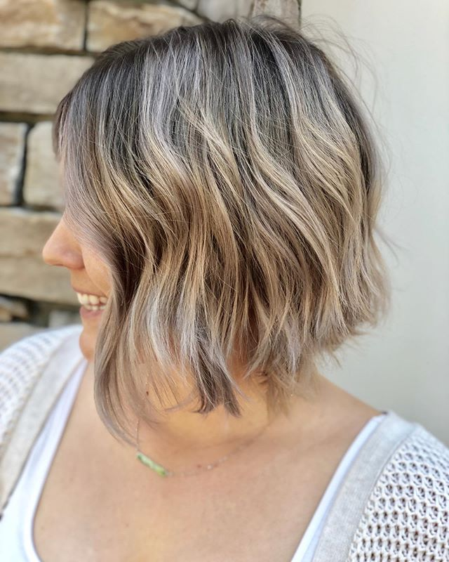 Swipe ⬅️ to see this color in the sun! I always take my pictures in indirect natural lighting but sometimes it just does not do the shine and the color justice! I loved how this color turned out, bright but cool and rooty for this cutie! . . . . . . . #bluntbob #balayagedbob  #redkenshadeseq  #rocklin  #rocklinhairstylist  #rocklinhair