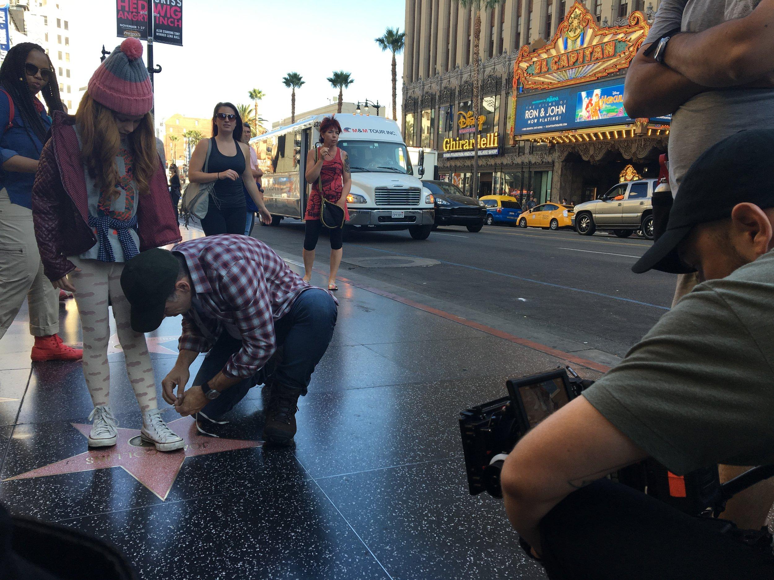 Leandro Hassum atuando com atriz mirim Americana na Calçada da Fama