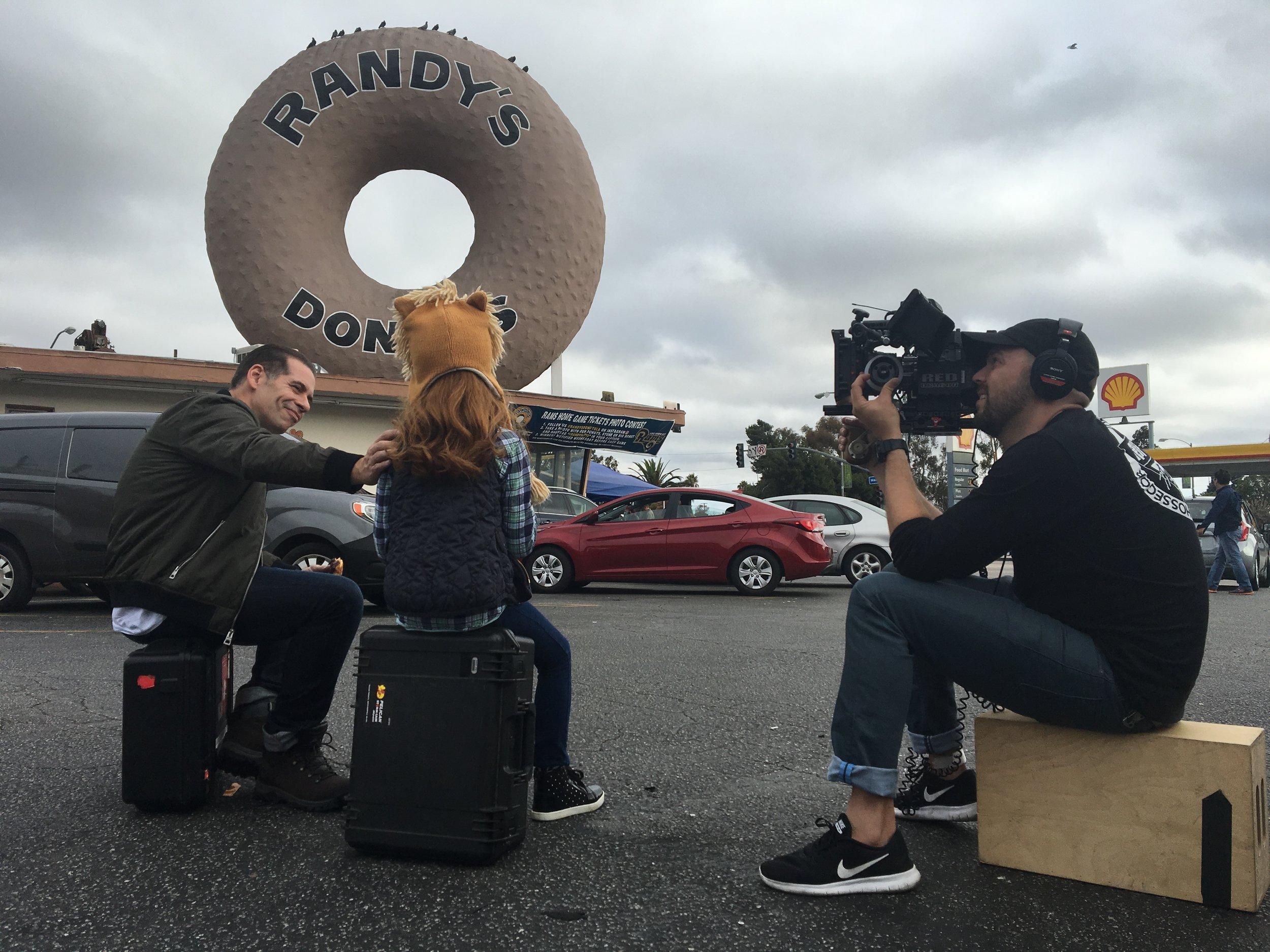 Filmagem na locação icônica de Los Angeles, Randy's Donuts