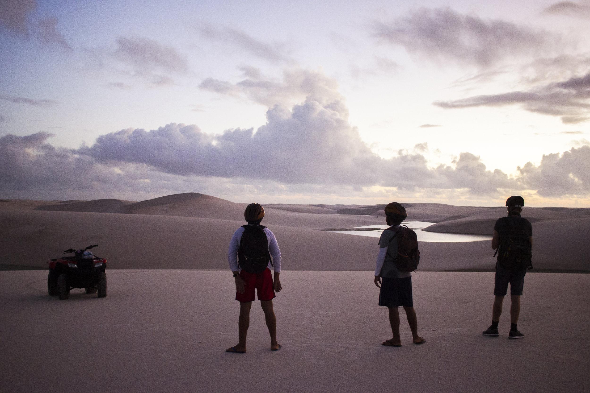 Thiago da Costa e membros da equipe apreciam o cenário paradisíaco.jpg