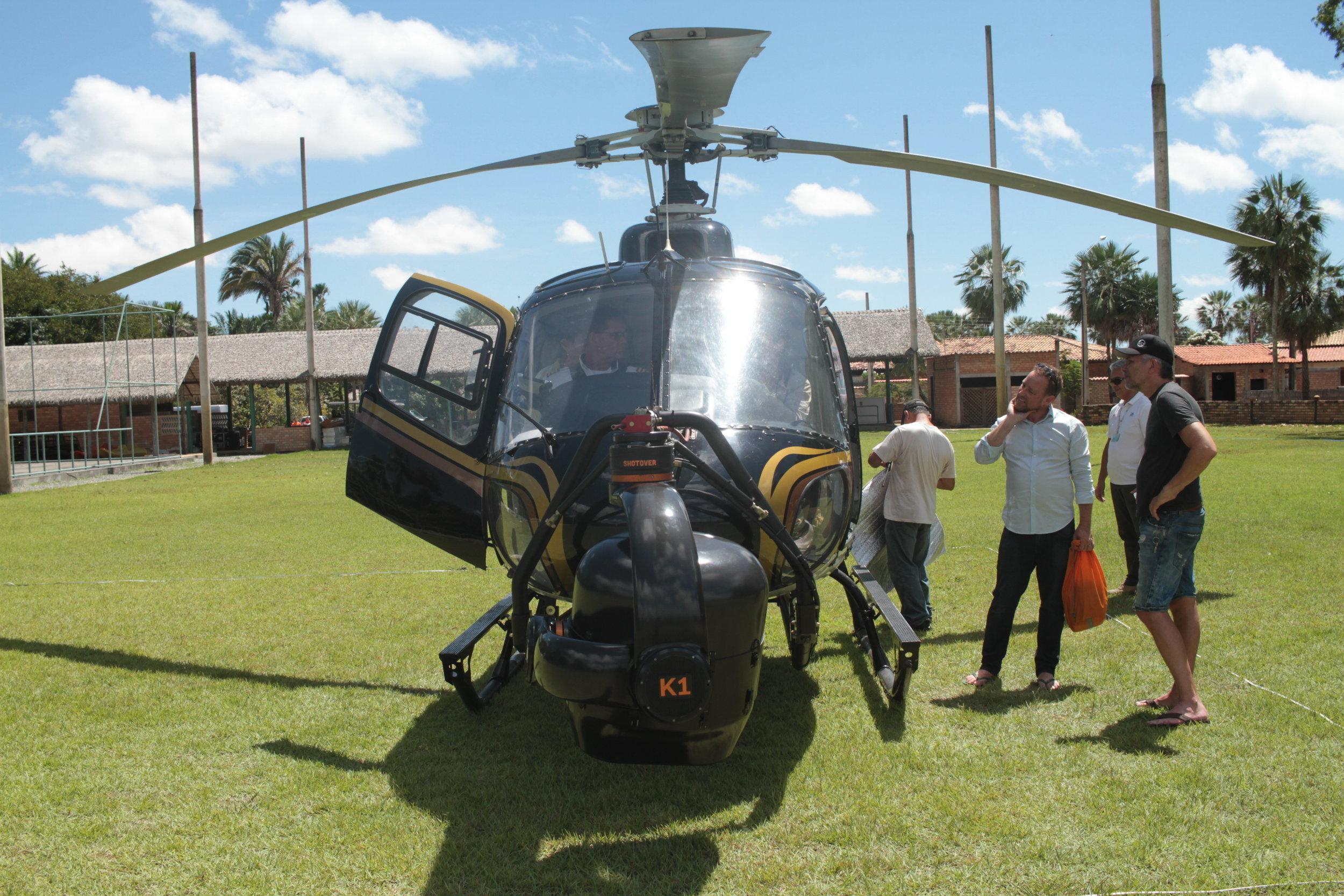 Helicóptero se prepara para levantar voo.