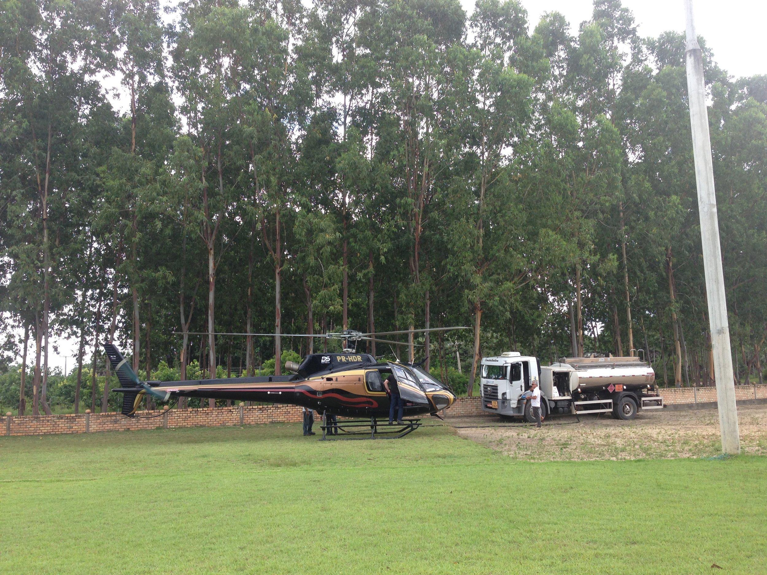 Abastecimento do helicóptero.