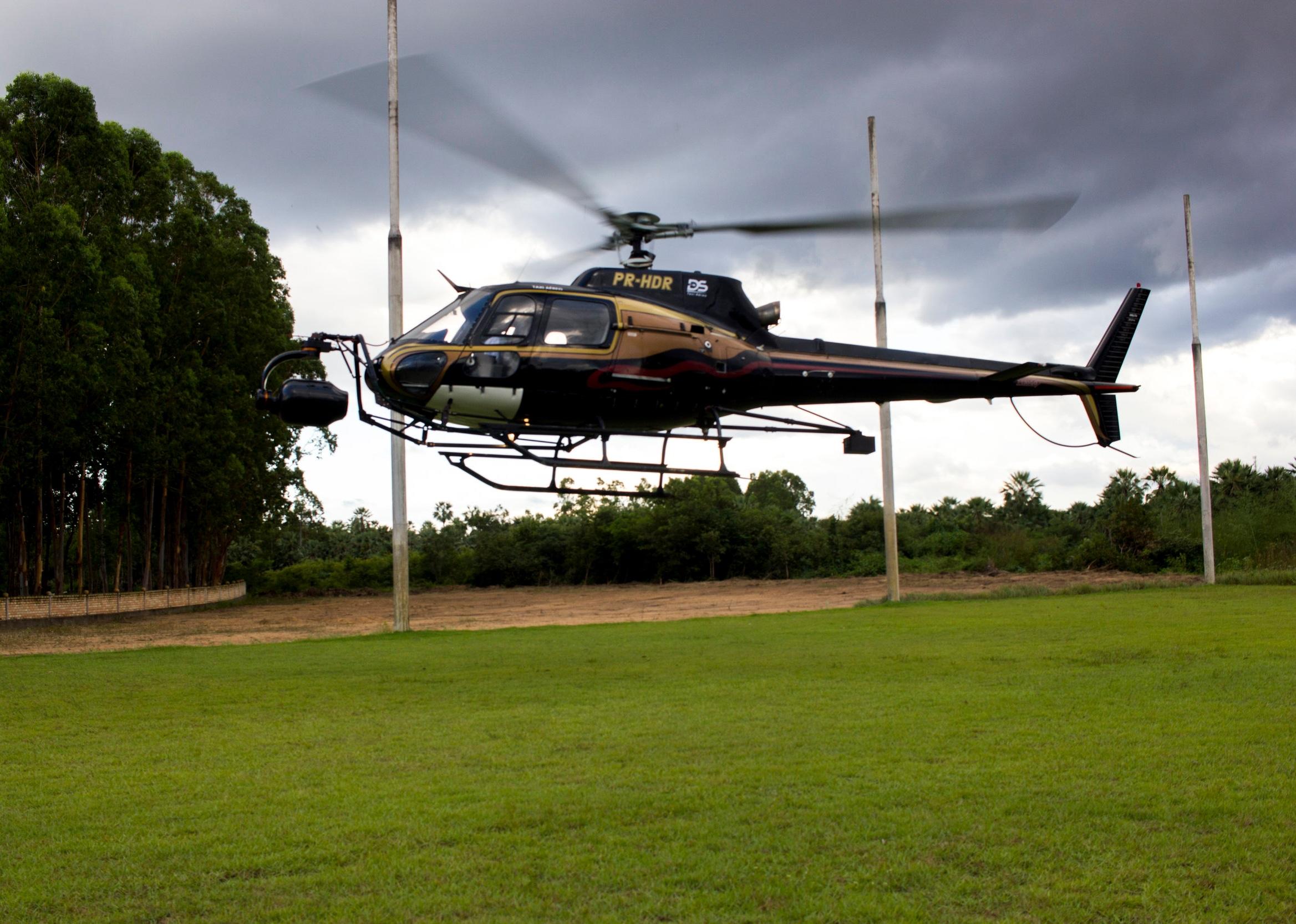 Helicóptero levanta voo para iniciar dia de filmagem.