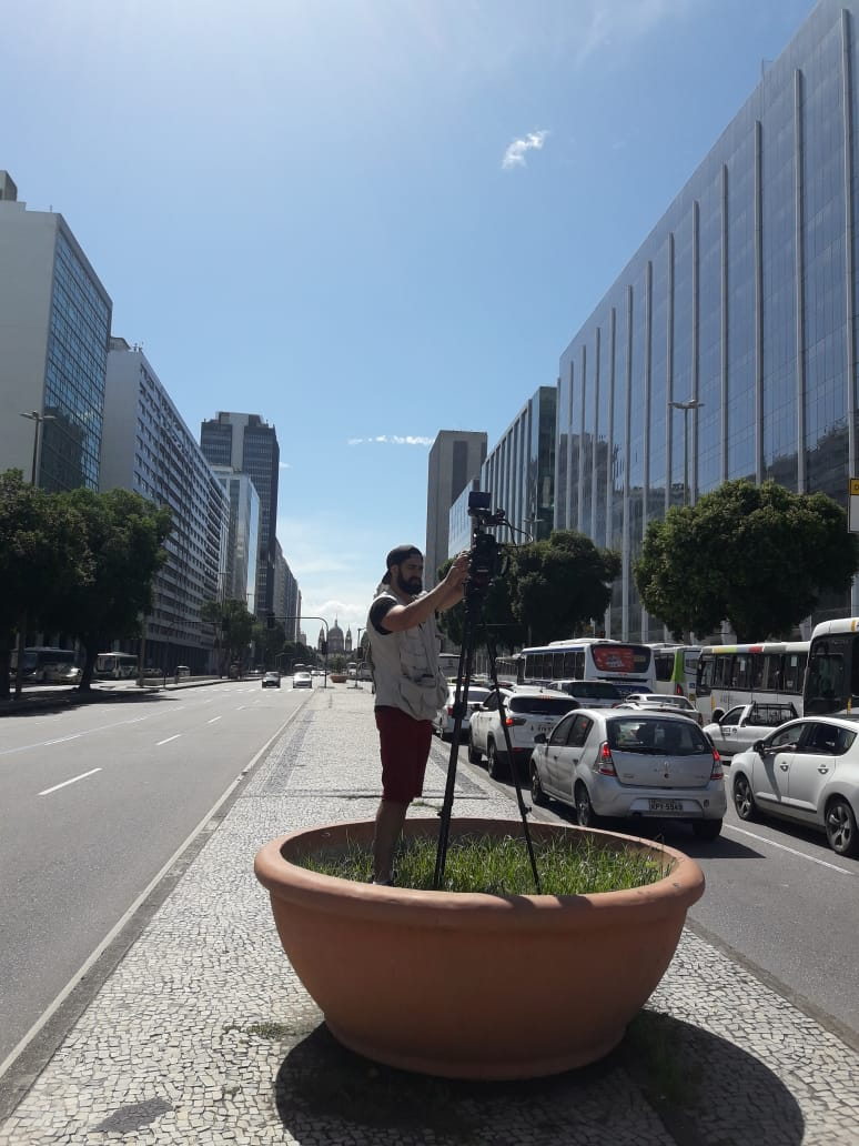 Felipe Derzié filmando na Avenida Brigadeiro Faria Lima, uma das maiores da cidade