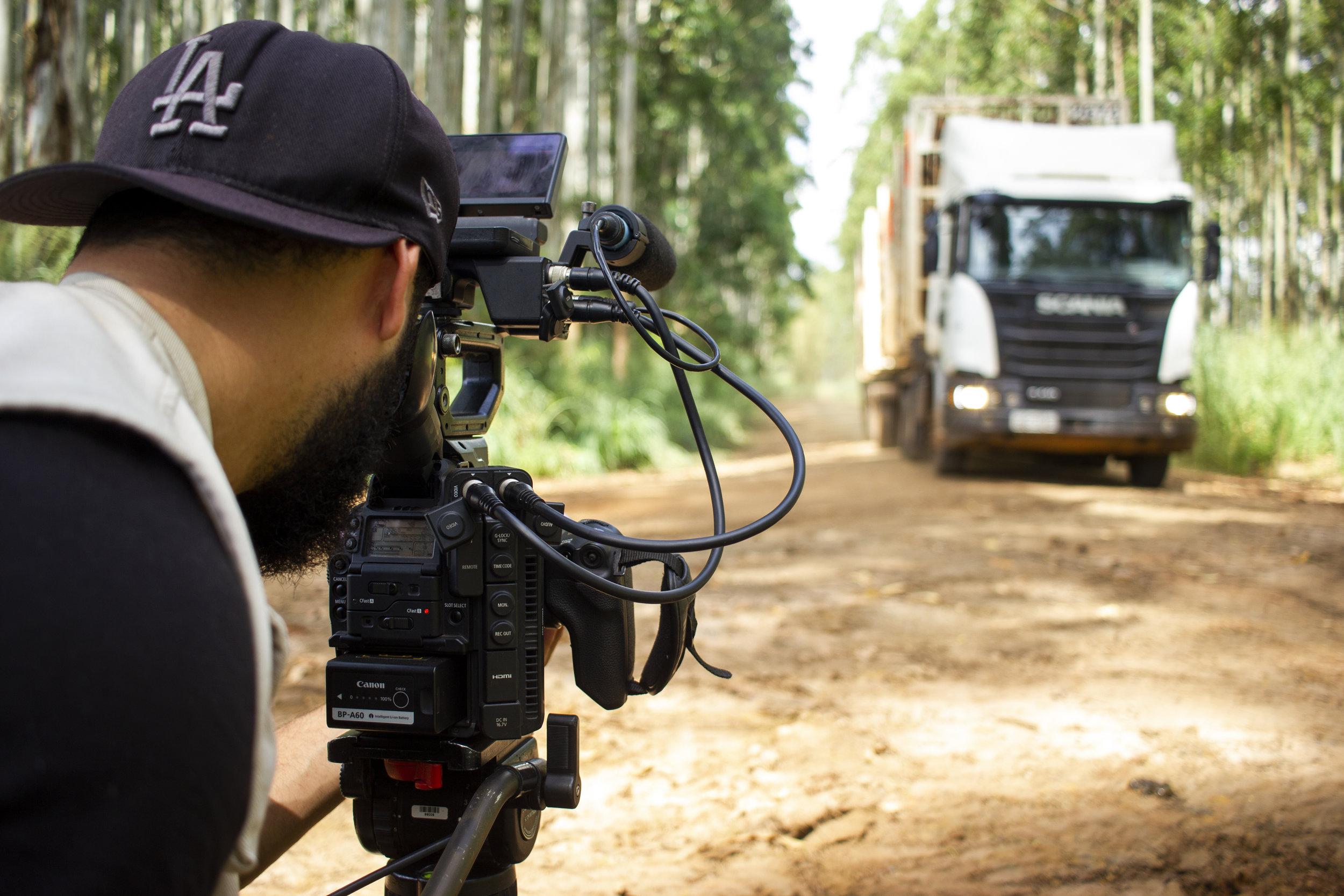 Felipe Derzié filmando os caminhões na Lwart