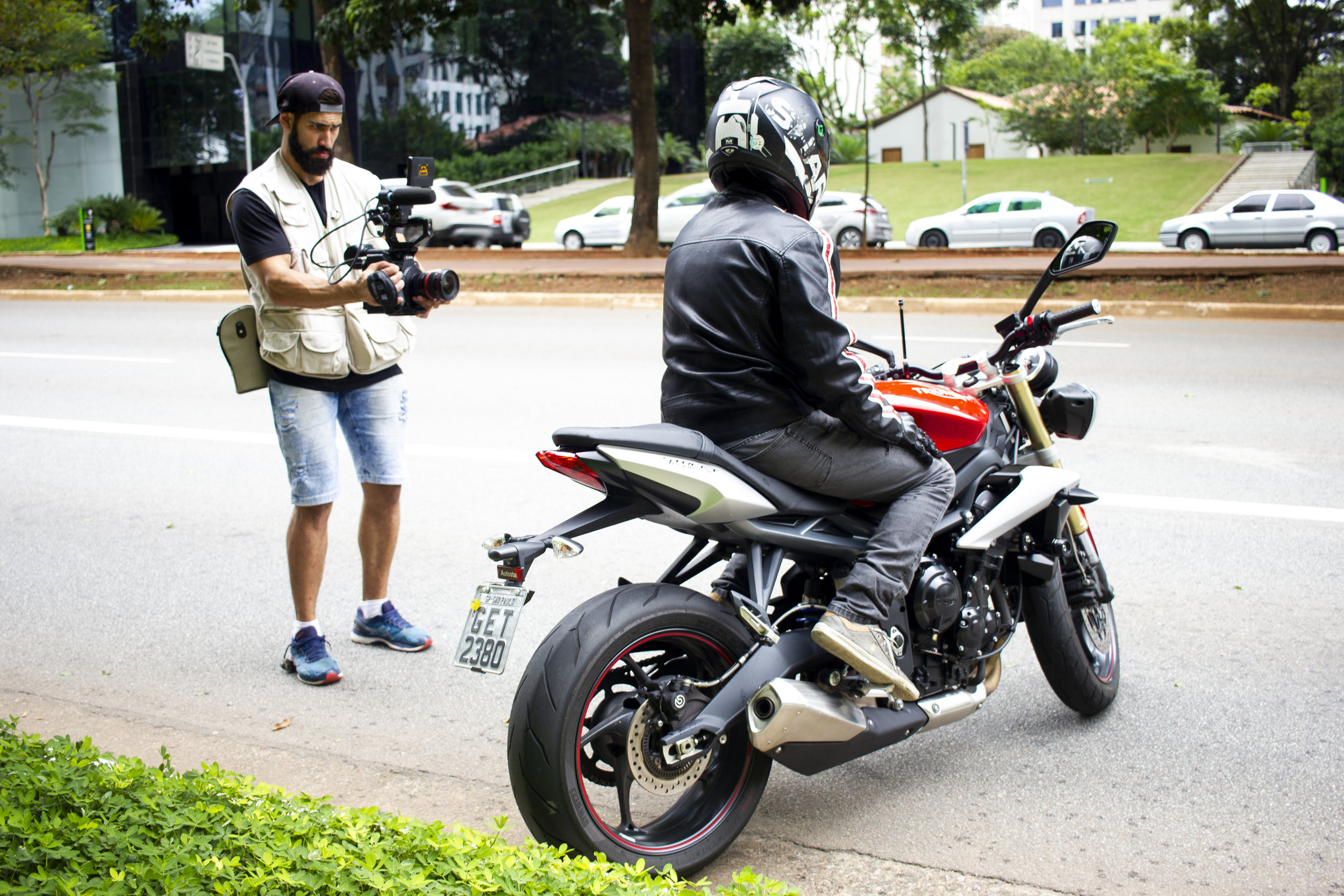 Modelo e moto produzidos pela BPS nas ruas de SP