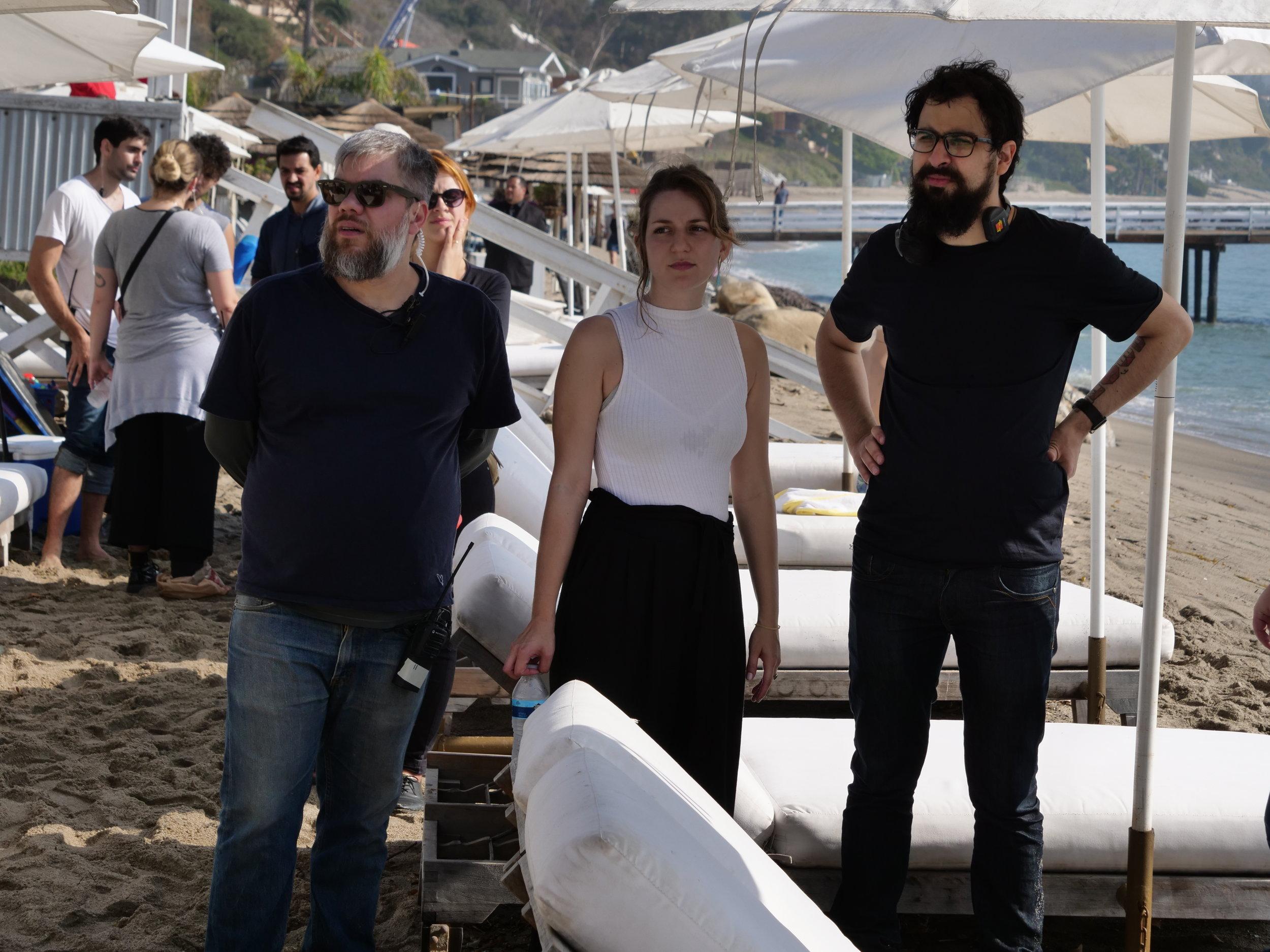 Assistente de direção Ulisses Wermelinger, diretora de arte Belisa Bagiani e o diretor João Papa atrás das lentes