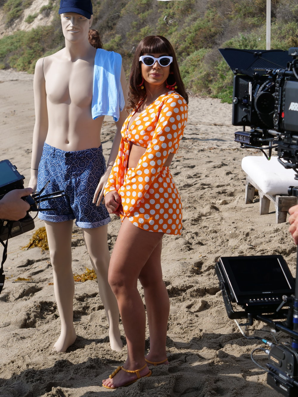 Anitta and one of the many mannequins used in the video