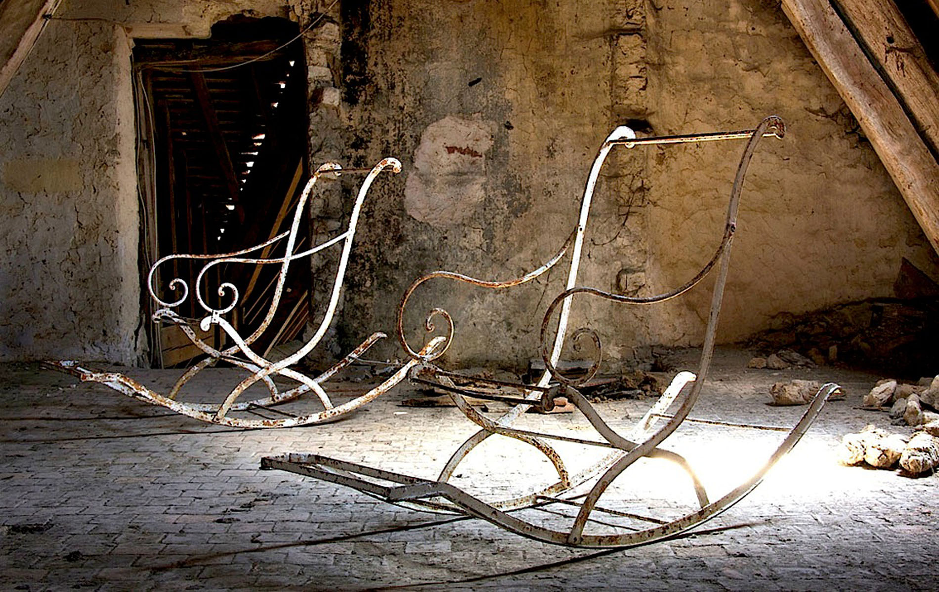 La Place – pair of iron rocking chairs with original paint fragments