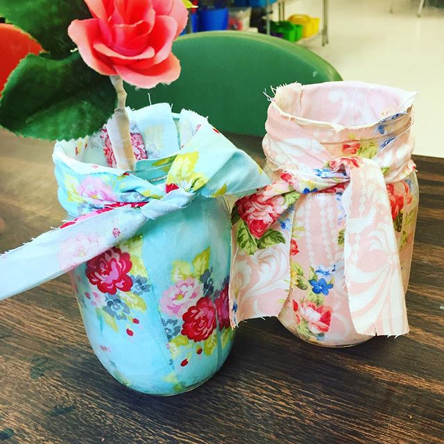 Spring fabric mason jars- made these in workshops last week with the kiddos - they were Mother's Day gifts❤️🌹💙#thepaintedbirdcrafts #afterschoolenrichment #kidscrafts #momgifts #flowervases #masonjarcrafts