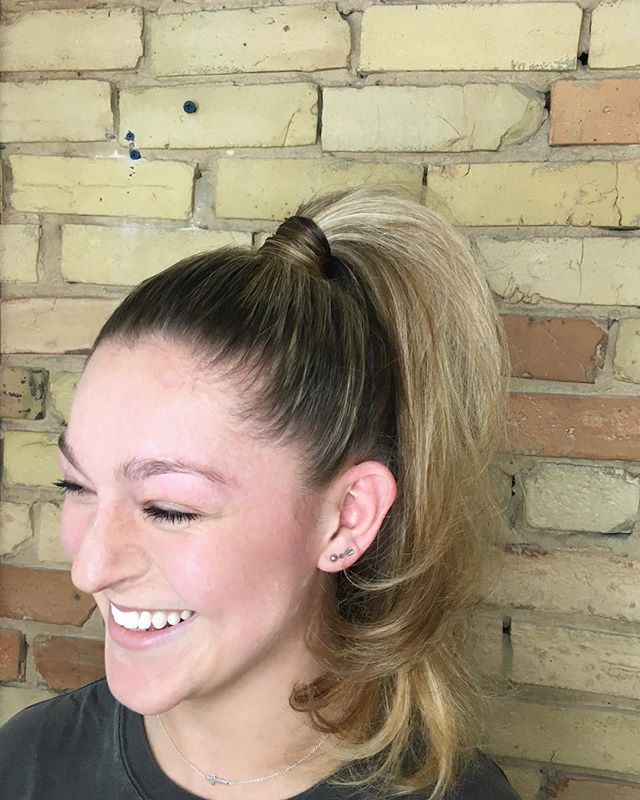 90s vibes with this high pony by Sara! 👽 • #capelligr
