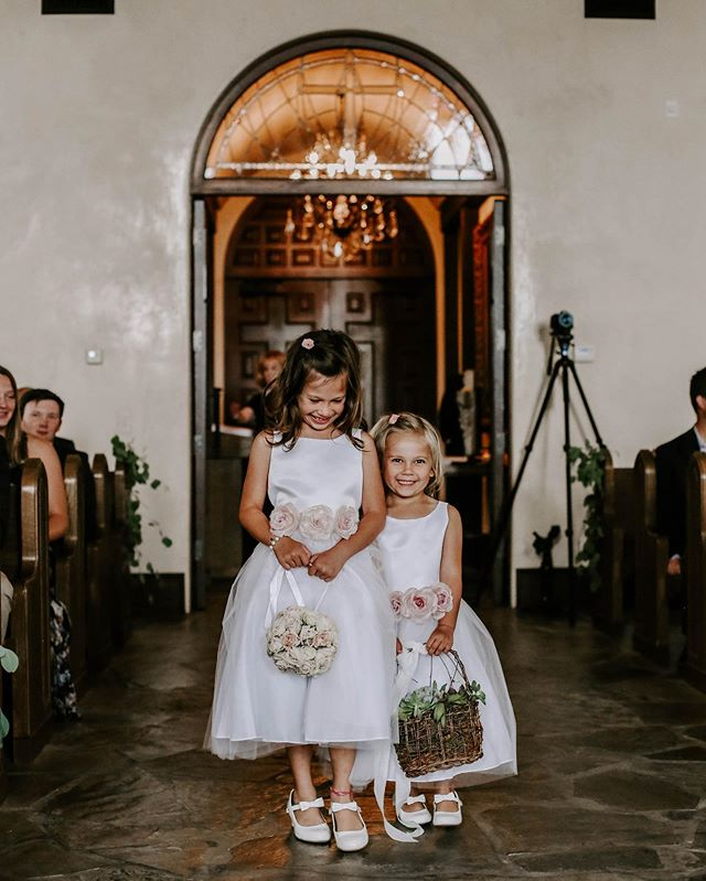i don't think i've ever seen cuter flower girls in my life. these two had me smiling big ❤️
