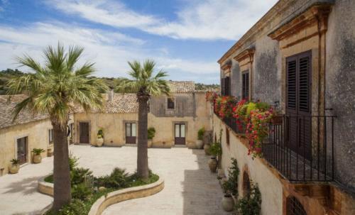 """Inmitten von Johannisbrotbäumen und hundertjährigen Olivenbäumen liegt das Country Resort """"Borgo del Carato"""", wo sich auf wunderbare Art und Weise ländliche Tradition und Moderne vereinen."""