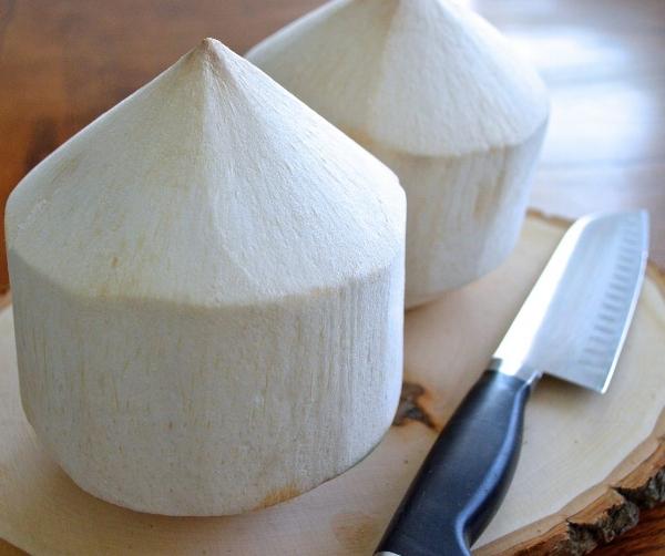 Unge kokosnøtter. Åpnes i toppen. Pass fingrene!