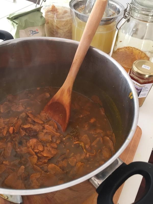 Gurkemeierøtter, tamarind og sukker står og småputrer på lav varme...