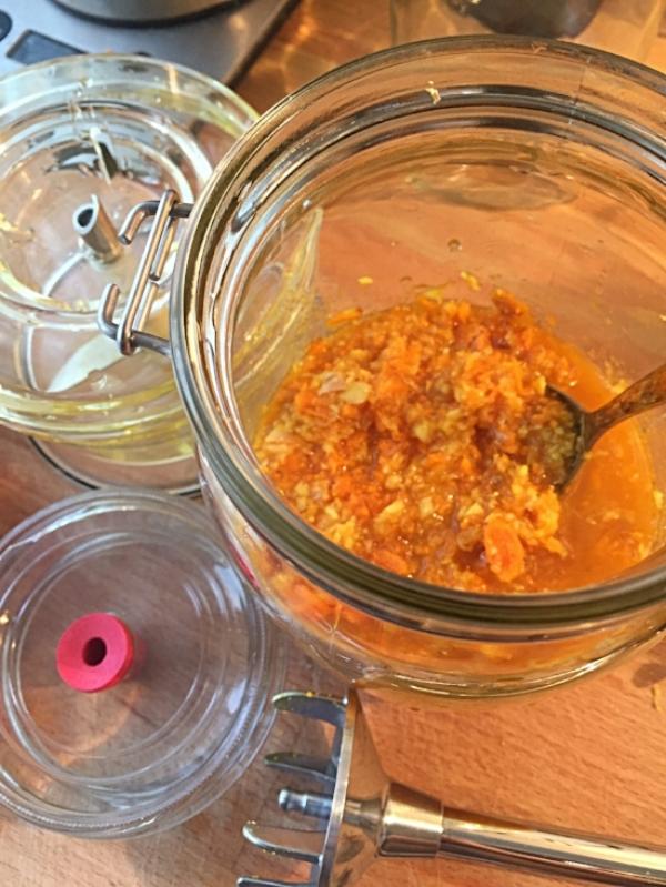 Gurkemeie og ingefær finhakket med stavmikser.