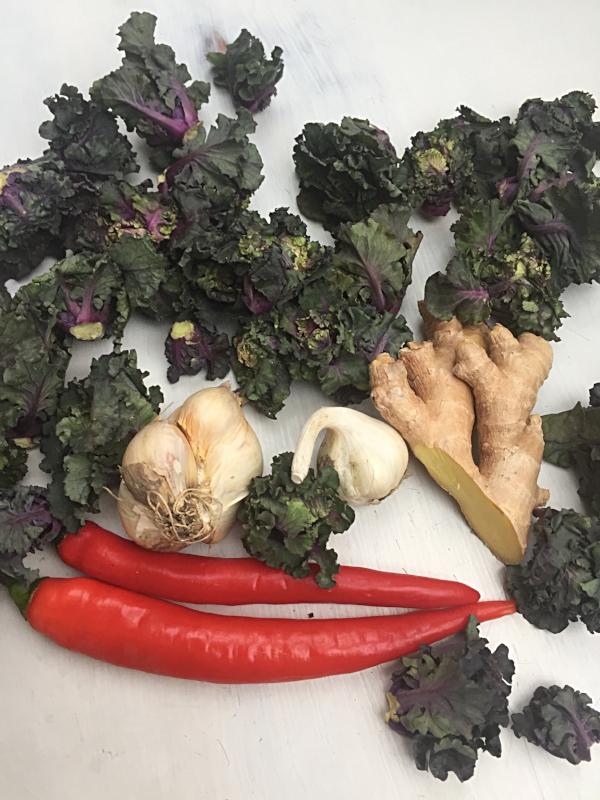Rosettkål, hvitløk, ingefær og chili