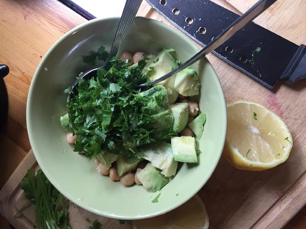 Friske urter tilsettes - jeg brukte koriander og persille - pluss saft fra sitron eller lime.