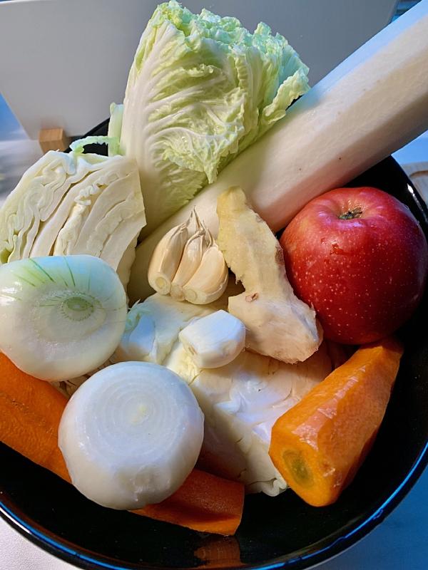 Bildet viser grønnsaker jeg brukte i dag (en viktig grønnsak som er mye brukt i kimchi mangler - jeg kom på den senere):