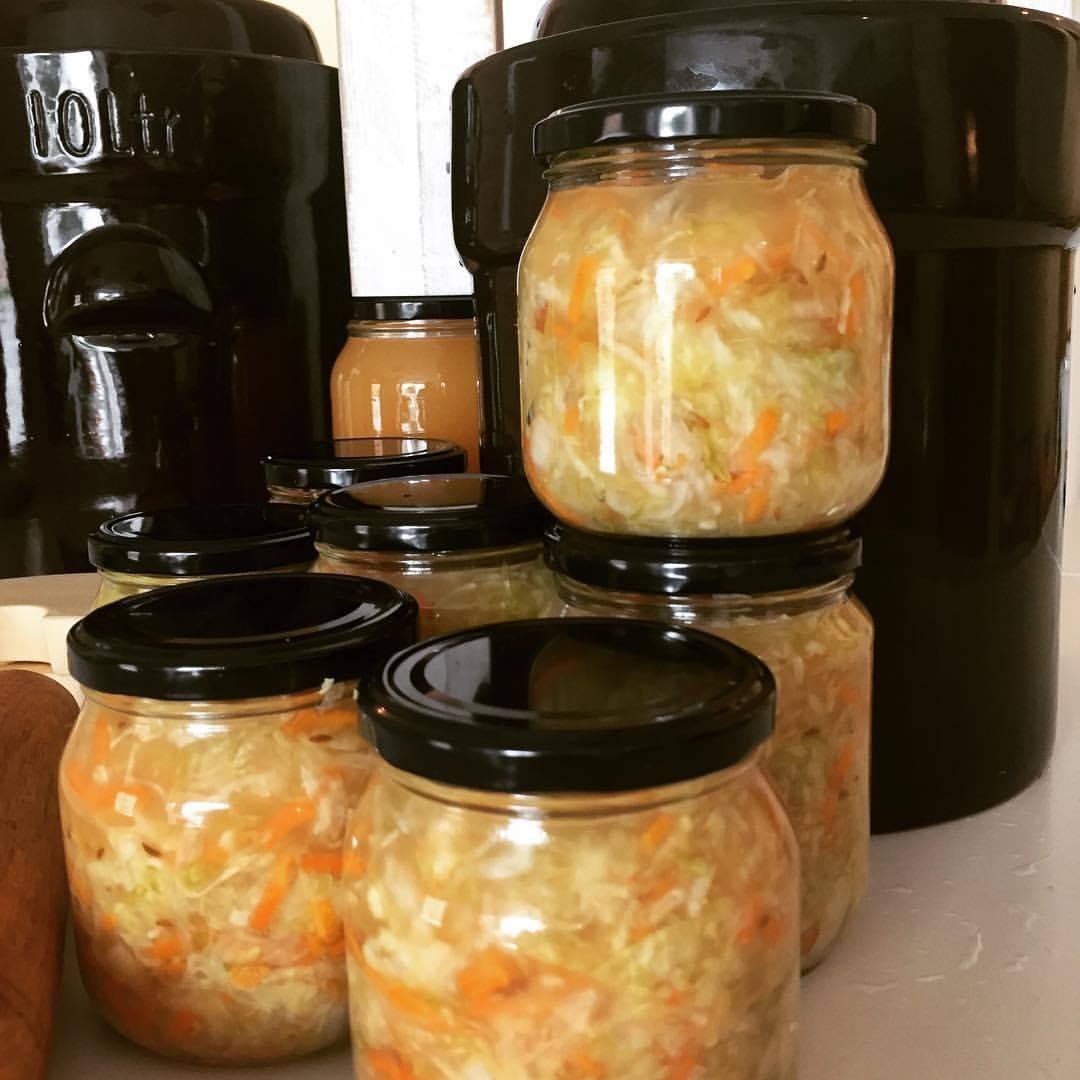 Stor porsjon surkål laget i 10 liters fermenteringskrukker er fylt over på glass. Praktisk 5 liters krukke finnes i nettbutikken   HER