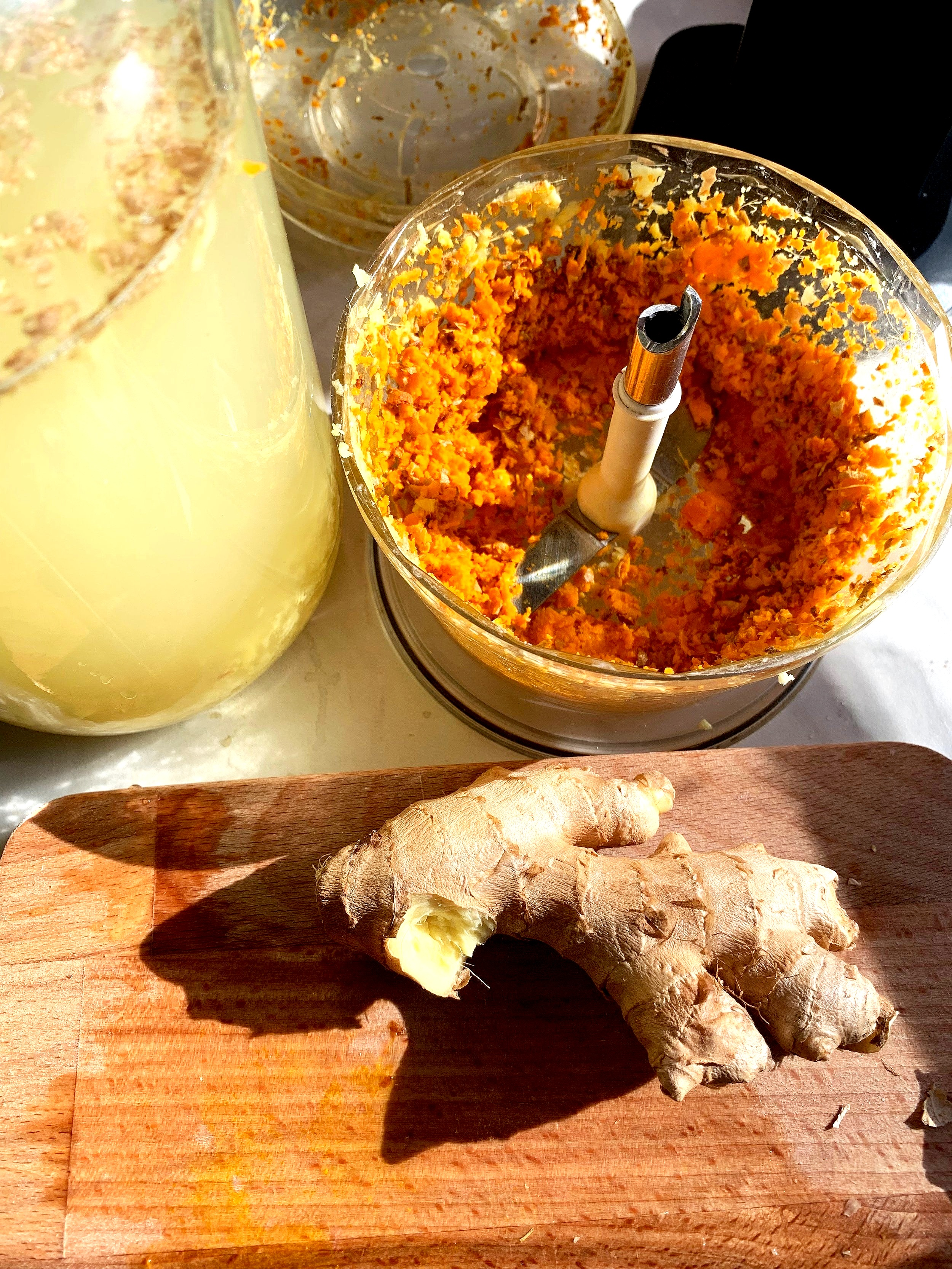 Finkuttet ingefær og gurkemeie, raskt og enkelt.
