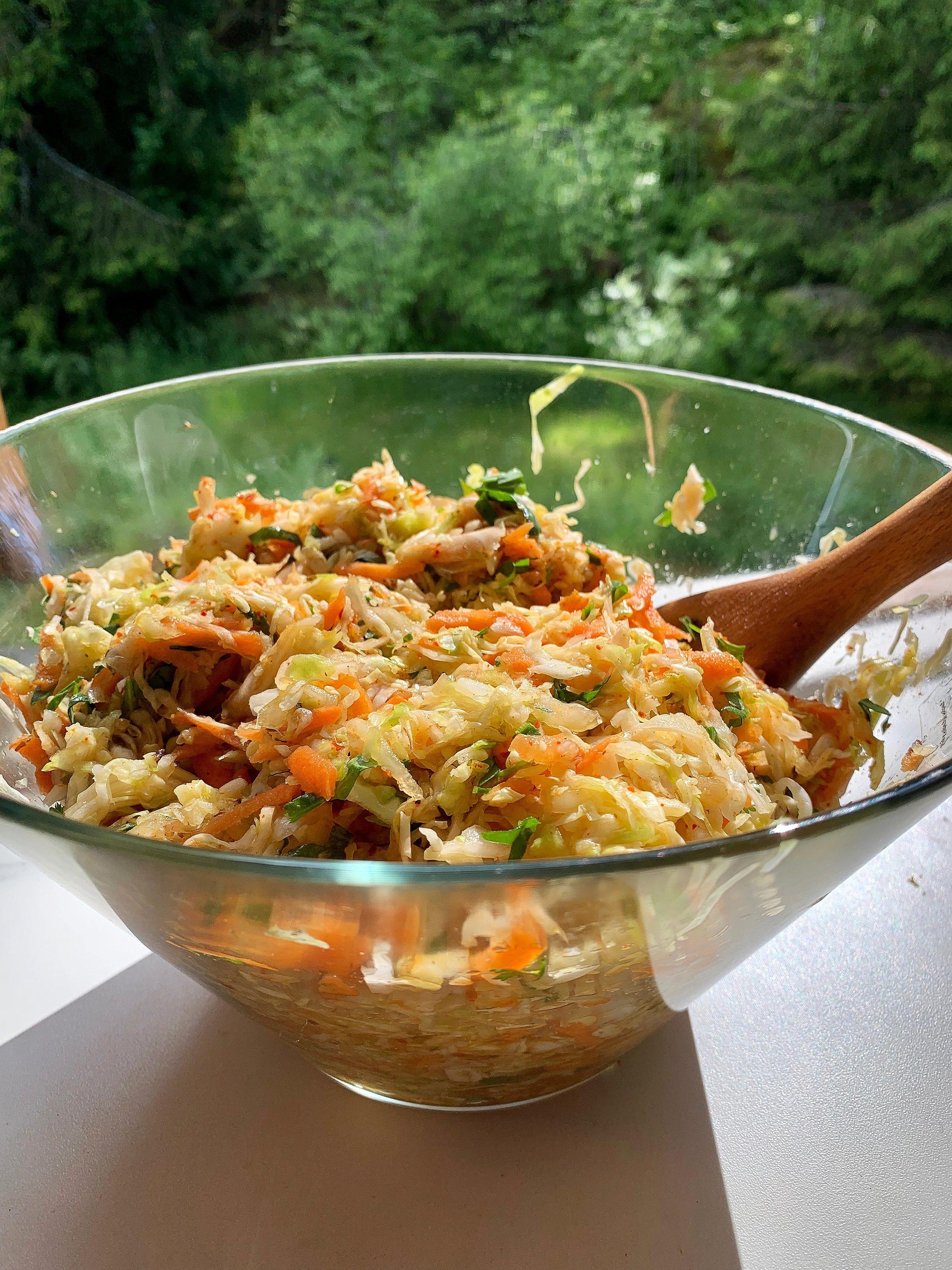 I Curtido putter vi oppi hvitløk, ingefær, chili, oregano og litt karri… Litt flere ingredienser enn  min klassiske surkåloppskrift.  Ellers er fremgangsmåten den samme.