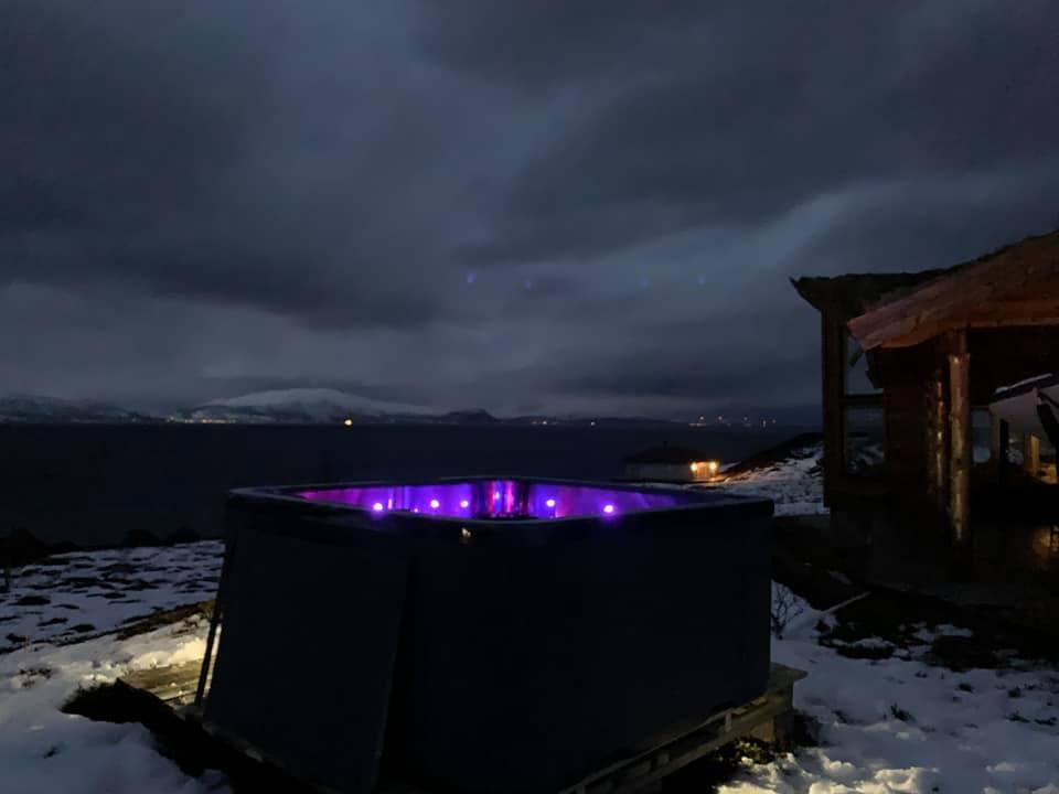 Stemningsbilde med utendørsbad i vinterdrakt ute