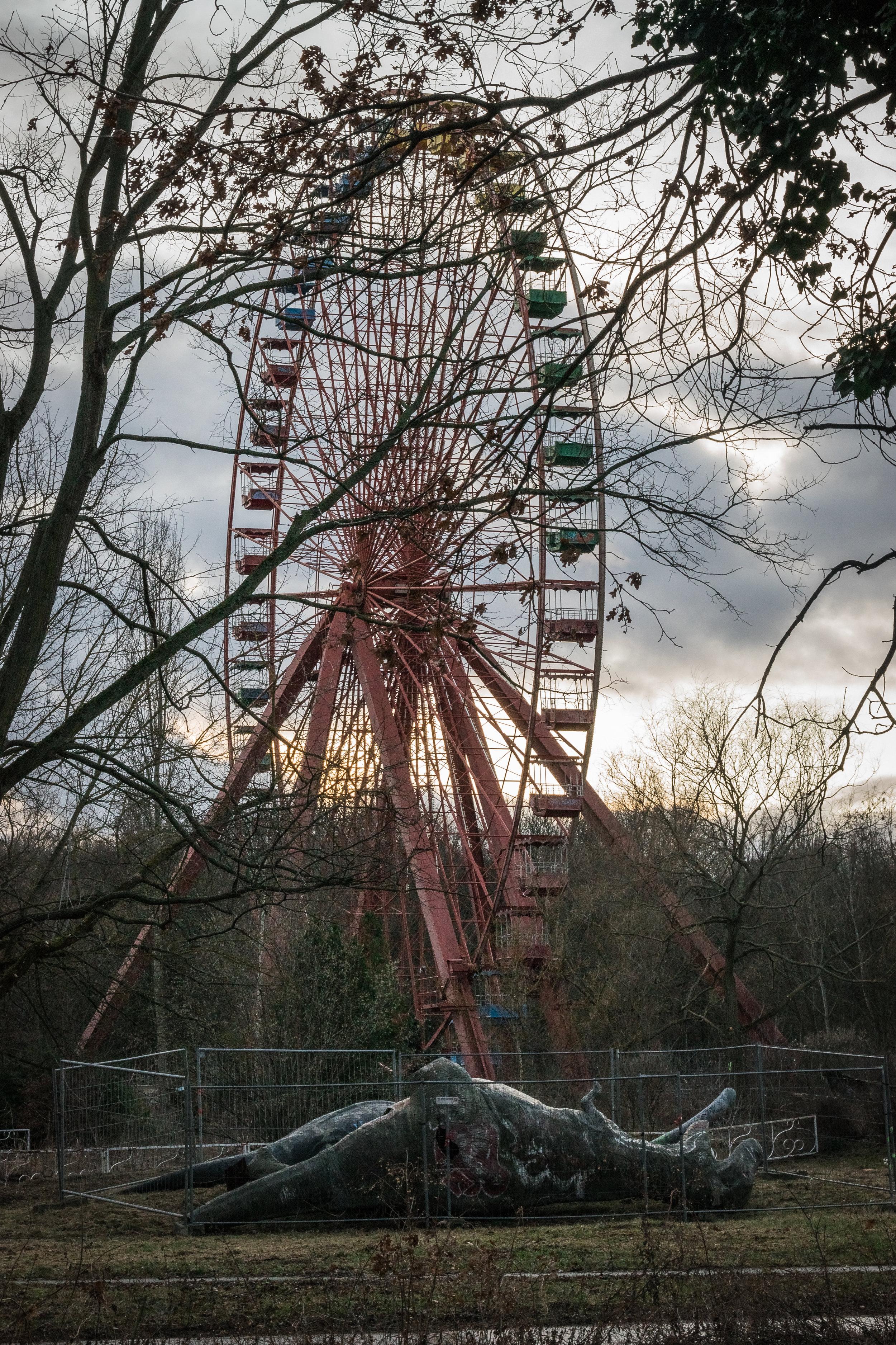 a tragedy of dinosaur & Ferris wheel proportions