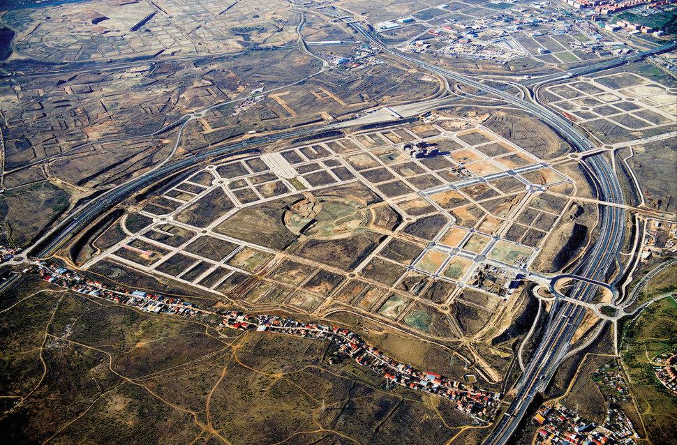 contrasts in development: El Cañaveral and La Cañada Real (photo credit: HuffingtonPost.com)