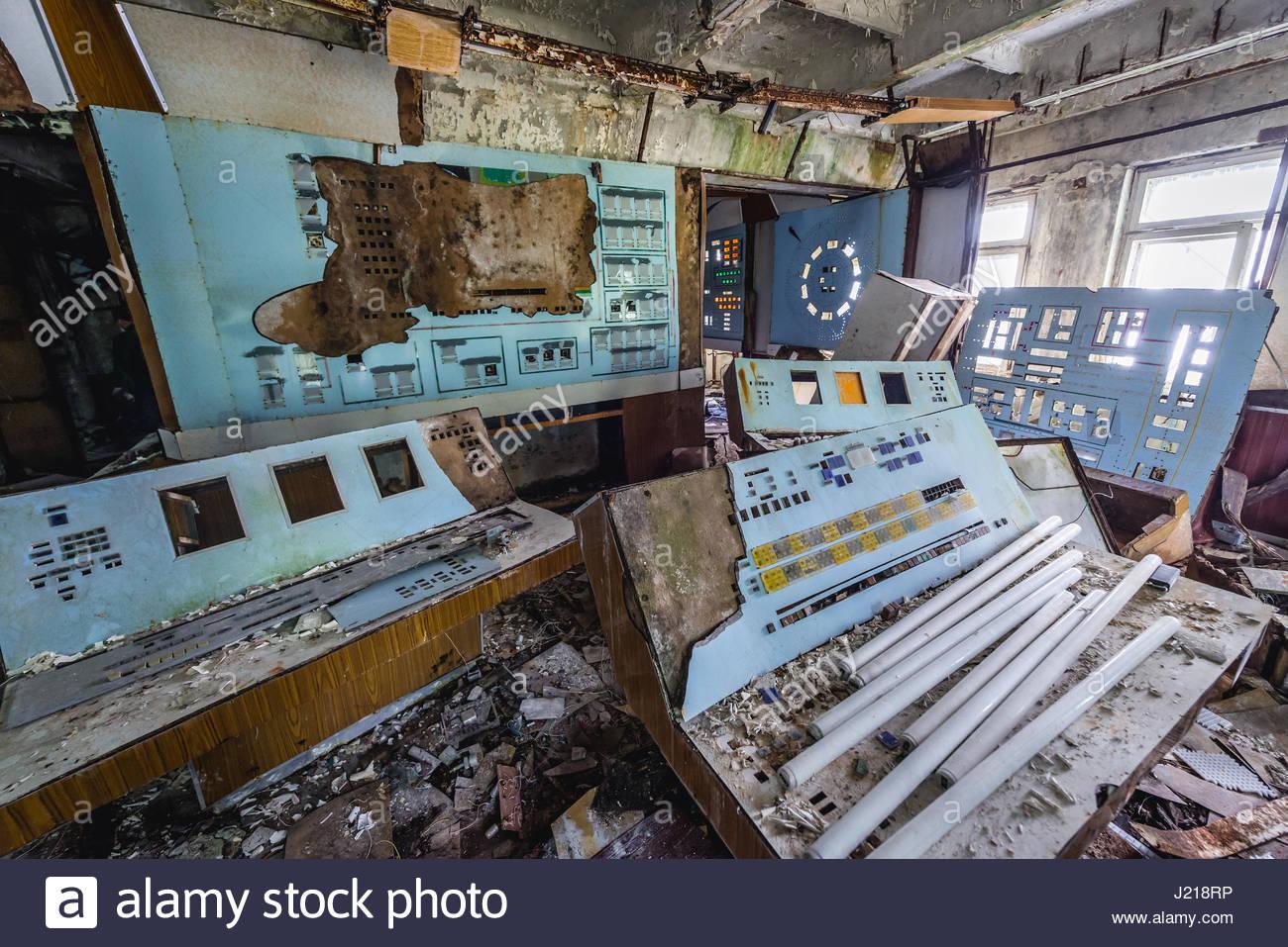 control-room-in-command-centre-building-of-soviet-duga-radar-system-J218RP.jpg