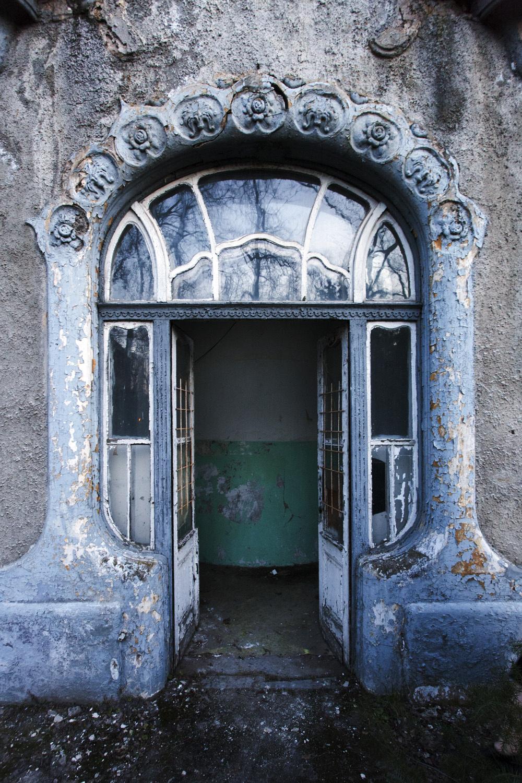 entrance to the chapel, built circa 1903 (photo credit:  fovarosi.blog.hu )