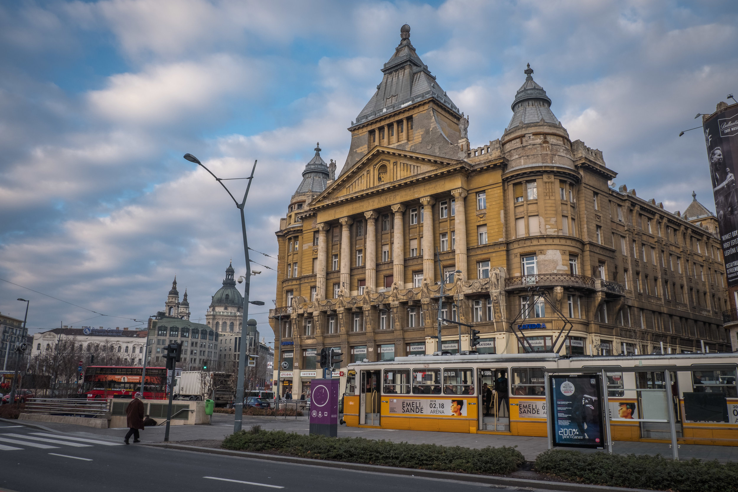 Anker Palace sits forlornly along busy Károly Street