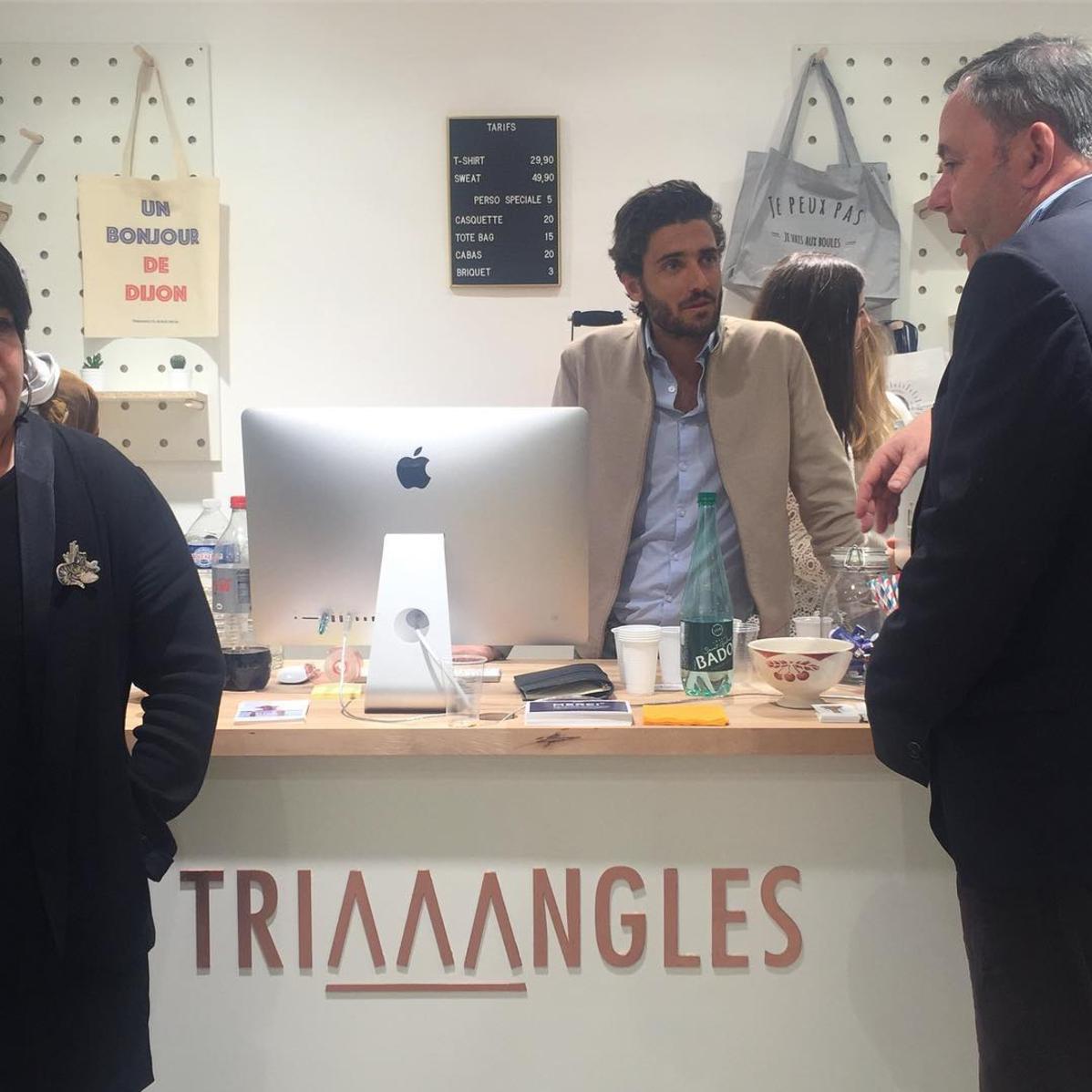 Julien Cardillo, fondateur et PDG chez Triaaangles ® en grande discussion avec M. Groz, papa de Célestin qui lance sa boutique à Dijon.