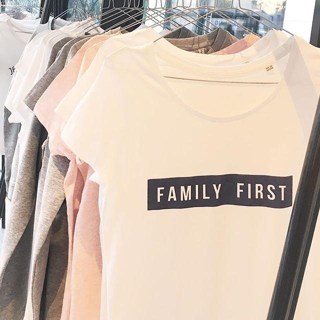 #FamilyFirst ✨Passez découvrir nos nouveautés dans les bars à tshirt @triaaangles #prado #docksvillage #valentine et #aix ! 🌲❤️🎅🏼