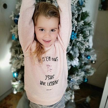 """Bonnes fêtes de fin d'années à tous ! On a tellement imprimé qu'on a pas eu le temps de vous le souhaiter avant 🔥 Merci pour vos belles commandes et vos super idées de cadeaux vous nous avez régalé ! @triaaangles revient bientot avec plein de nouveautés 👕😘 📷 : Mia avec ton nouveau sweat """"je m'en fous je suis une 🦄"""""""