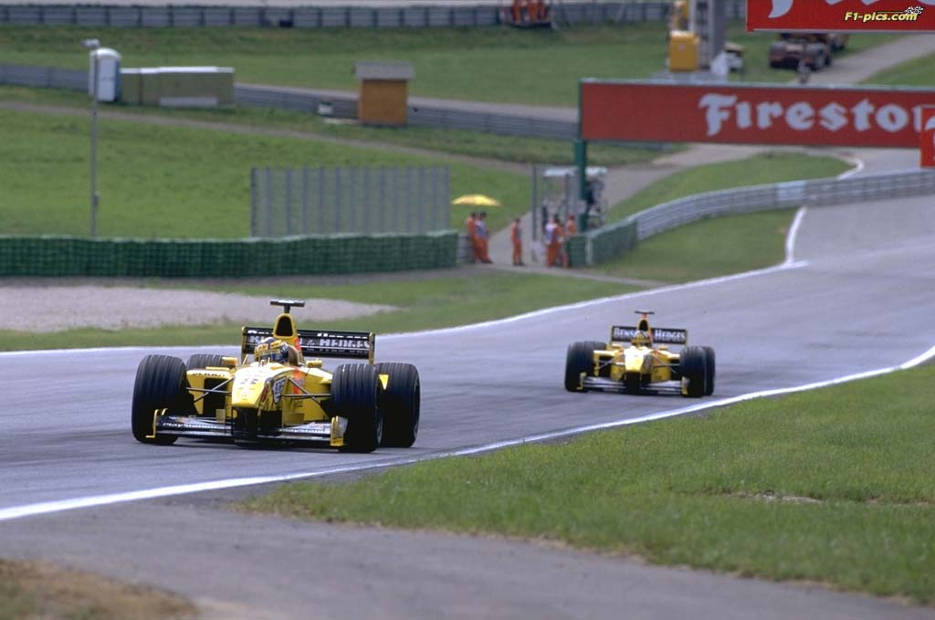 Frentzen and Hill running down the straight at the 1999 Austrian Grand Prix