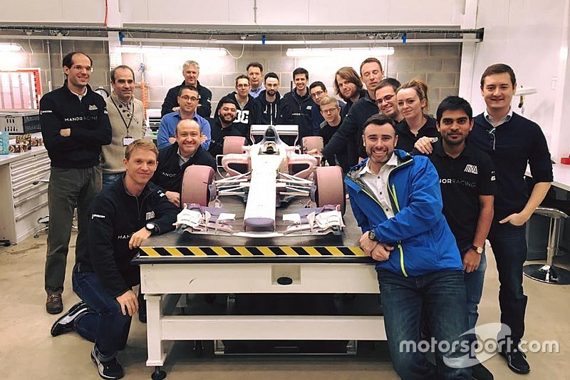 Manor staffs with the wind tunnel model of the 2017 car (Image: Motorsport.com)