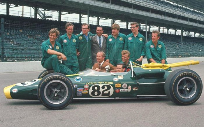 The Lotus team presenting the 38. At the wheel is Jim Clark. Next to him in the tan jacket Lotus founder Colin Chapman.