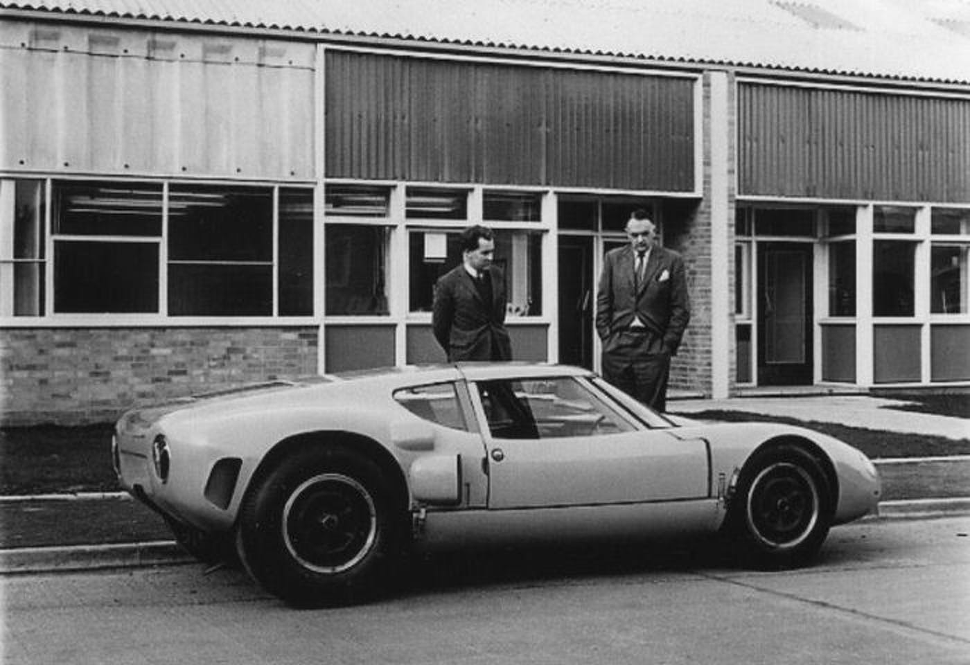 Eric Broadley (left) and Henry Ford II inspecting the Lola Mk6 GT.