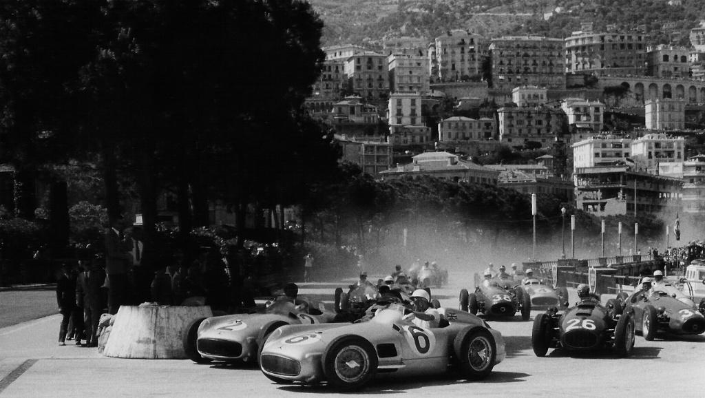 The field squirming through Gazométre hairpin. Ascari (26) third behind the two Mercedes, Monaco 1955.