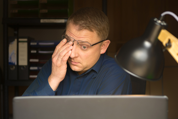Irritated-and-dry-eyes-of-a-man-after-hours-of-work-on-the-computer-screen-1146430314_727x484.jpeg