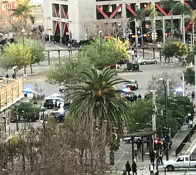 Hey @nbcsandiego, looks like every cop in the downtown division just responded lights and sirens, to Petco Parks tailgating lot.... cc @nbcjodi