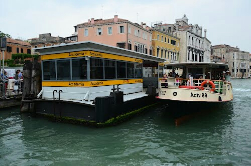 Vaporetto en la estación Academia en Venecia