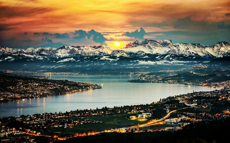 Zurich rodeando el lago de Zurich y de fondo los alpes suizos