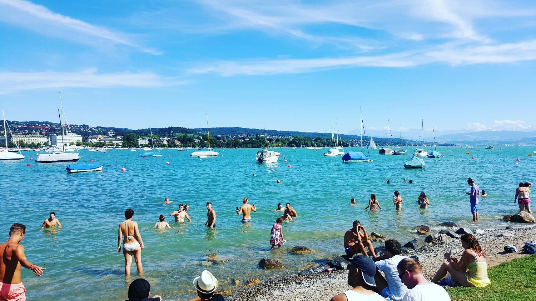 Lago de Zurich en verano: lugar de reunión para refescarse y navegar